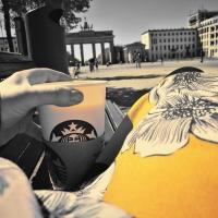 In Zeiten wie diesen: Ein Milchkaffe am Brandenburger Tor